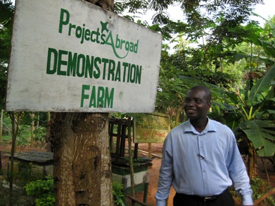 Projects Abroad加納員工講解由國際義工幫忙籌建的示範農場