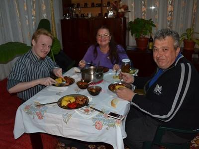 來自丹麥的義工與羅馬尼亞寄宿家庭共進晚餐。