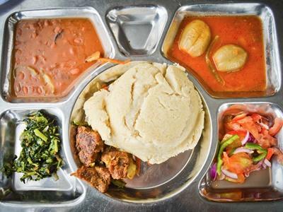 坦桑尼亞達累斯薩拉姆常見的菜色及玉米粉製成的Ugali,食材還包括一塊牛肉、豆、菠菜、沙拉和炖魚