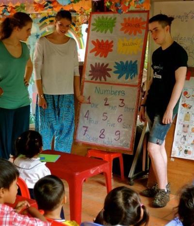 義工在亞洲關愛中心與孩子一起