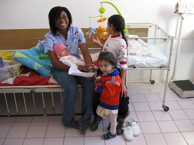 義工在歐洲醫院的兒科部門協調照顧孩子