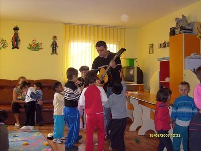 義工參與歐洲項目在一個班級的兒童面前彈結他