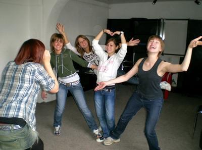 義工和歐洲學生參與Projects Abroad創意藝術項目課程學習戲劇演技