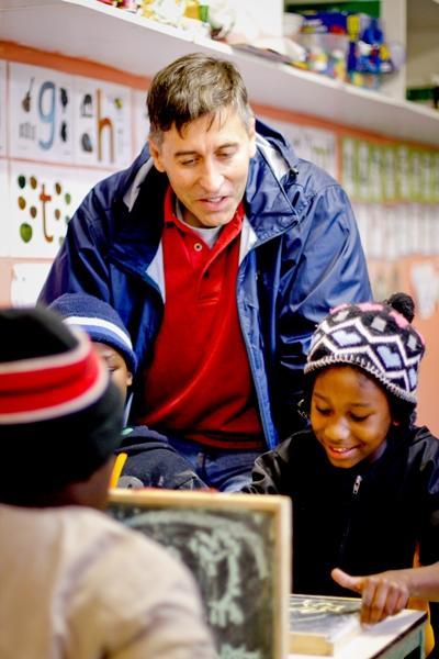 處於職業間歇期的義工到南非參與教學項目,幫助學童完成課堂作業