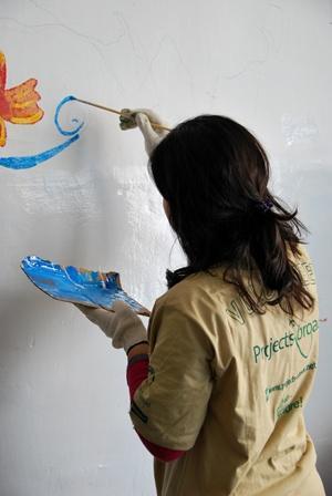 義工為年幼的孩子在課室繪畫壁畫
