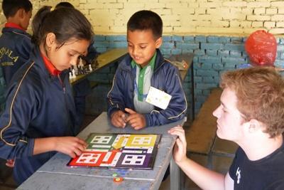 Projects Abroad社區關愛義工幫忙照顧尼泊爾兒童,一起玩遊戲