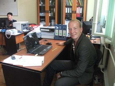 商業實習生以專業的形象在國外的辦公室工作