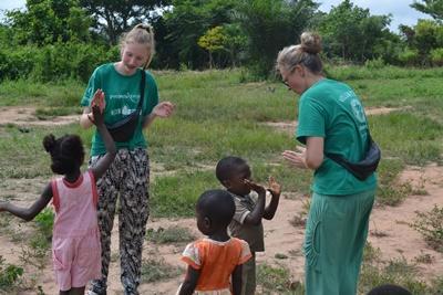Projects Abroad家庭義工在加納的關愛機構與孩子玩遊戲