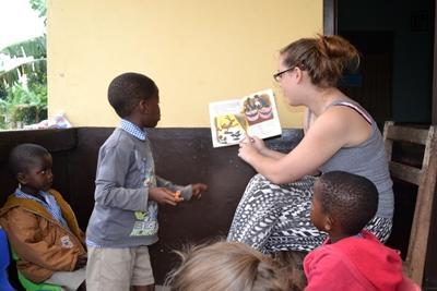 義工在關愛機構向加納孩子們講故事