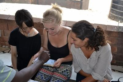 義工參與加納的HIV/愛滋病援助關愛項目,在一個社區外展計劃幫助當地年幼的孩子