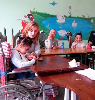 義工在摩洛哥幫助身心障礙兒童
