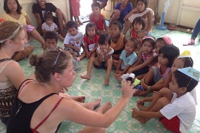 義工和孩子們在菲律賓的關愛機構進行早會,開始一天的活動