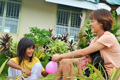 Projects Abroad義工和菲律賓孩子在關愛中心玩水球