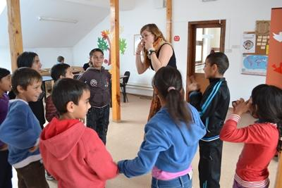 Projects Abroad義工在服務的羅馬尼亞關愛機構參與教學遊戲