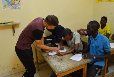 Projects Abroad義工在非洲塞內加爾幫助一群街童指導他們完成家課作業