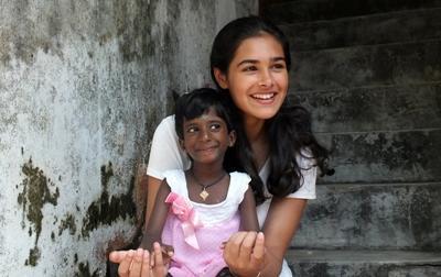 關愛項目義工在一個關愛中心與年輕女孩的合照