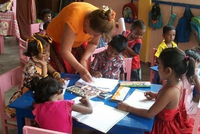 斯里蘭卡兒童在Projects Abroad義工的幫助下順利完成一個教學活動