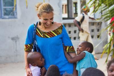 國際義工照顧有需要的孩子
