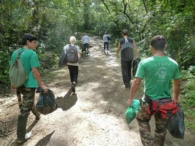 Volunteers on the Conservation project in Costa Rica walk to their project site for work