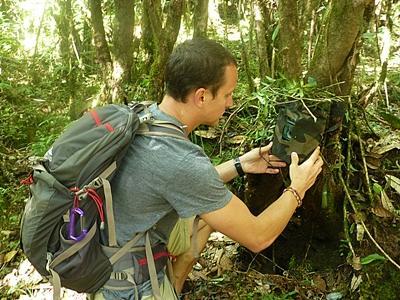 尼泊爾環保項目義工對樹木種類進行普查