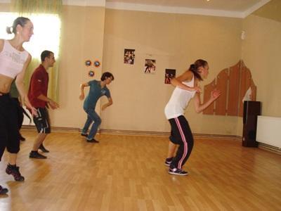羅馬尼亞義工參與創意藝術項目負責舞蹈課的教學工作
