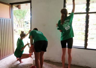 Projects Abroad Fiji volunteers participate in a painting activity.