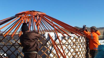一名蒙古游牧族男生在義工幫助下,順利在蒙古大草原上蓋一個新的蒙古包