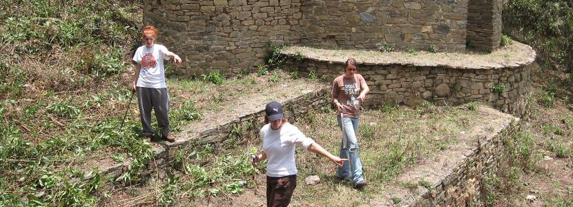 高中生義工在海外的考古場地工作