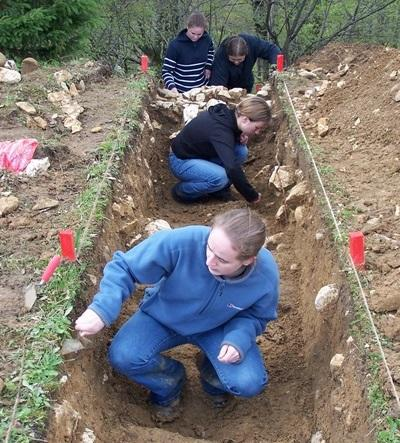 High School volunteers dig in Romania for ancient artifacts
