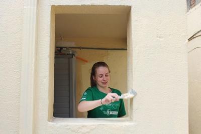 青年義工參與墨西哥建設項目,幫忙塗漆翻新為房屋換一個新形象