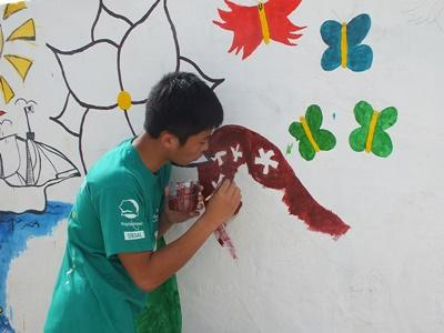 A wall at a Senegalese kindergarten gets a new mural painted by Projects Abroad High School Special volunteers