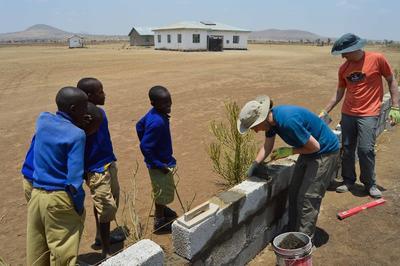 建設義工營的學生在坦桑尼亞幫忙興建課室