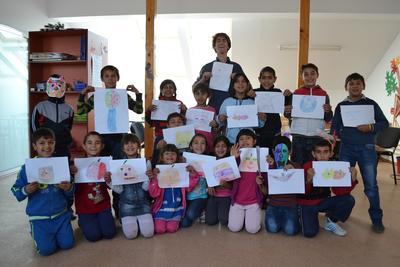 義工指導羅馬尼亞孩子完成繪畫活動