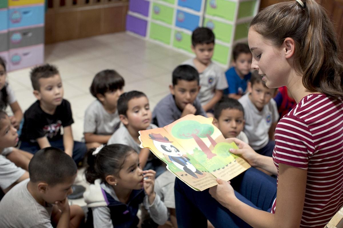 哥斯達黎加關愛義工向孩子們講故事