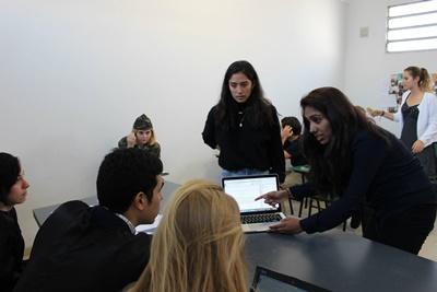 Projects Abroad人權項目義工在阿根廷的科爾多瓦服務單位進行模疑法庭,諮詢法官的意見