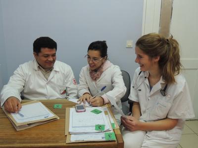 學生義工在玻利維亞醫護團隊的指導下,汲取實用的醫療知識