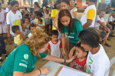 高中生醫學義工在菲律賓協助進行社區外展活動