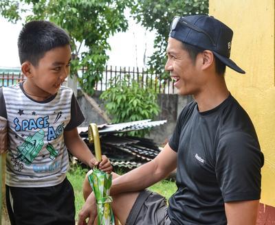 物理治療義工幫助菲律賓男孩完成一次復康療程