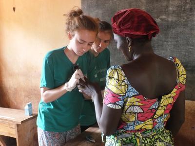 學生義工參與多哥公共保健義工營,為當地居民進行醫療篩檢服務