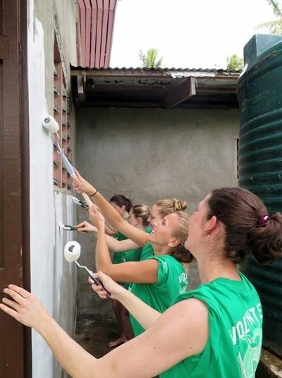 環保義工參與勞動日,幫忙修復社區會堂