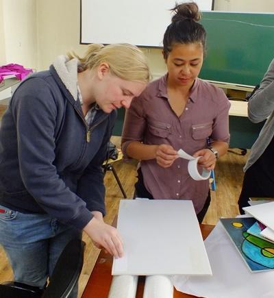 Projects Abroad社工實習生在蒙古的工作坊一起合作準備活動需要用到的教學材料