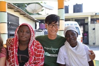 坦桑尼亞義工與當地人一起創立電影製作項目