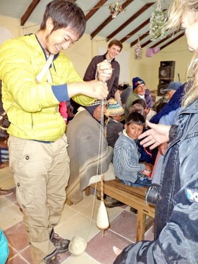 亞洲義工在南美的玻利維亞臬習當地的手工藝製作方法