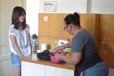 在東歐,當地的寄宿家庭媽媽教導Projects Abroad義工一些羅馬尼亞傳統菜色