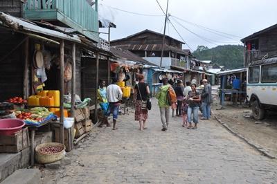 Projects Abroad義工在馬達加斯加市集練習他們學會的馬拉加斯語