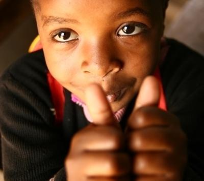 坦桑尼亞項目的兒童對著鏡頭豎起大拇指