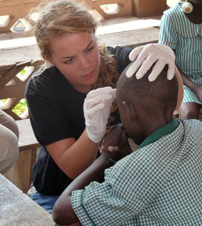 加納醫學義工參與外展工作為病患提供簡單的健康診療服務