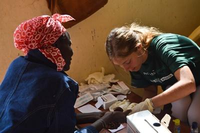 A local Kenyan woman receives treatment from a Projects Abroad Medicine intern in Africa.