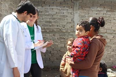Projects Abroad Public Health volunteer and local doctor see patients in Mexico