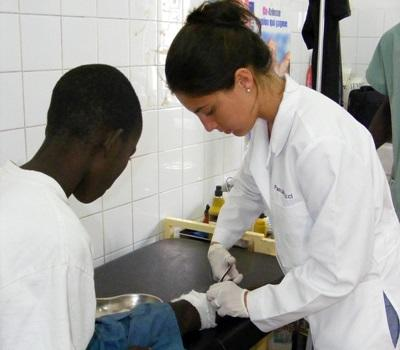 間隔年實習生參與塞內加爾醫學項目在診所幫助孩子接受治療